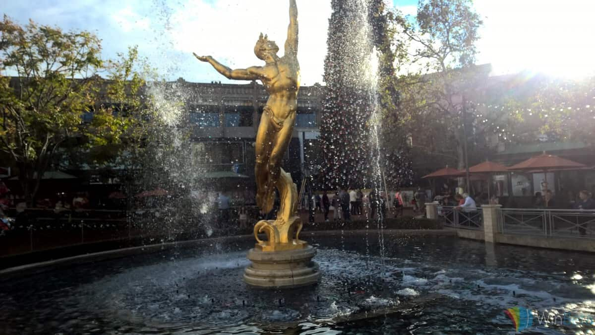 Lumia 1520 comparison image with Lumia 950 in Americana, statue shot.