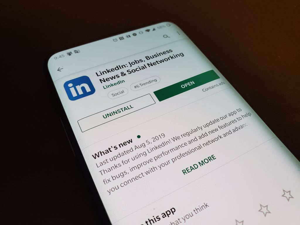 LinkedIn mobile app could soon get dark mode support