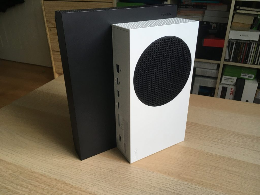 Xbox one x and xbox series s 4