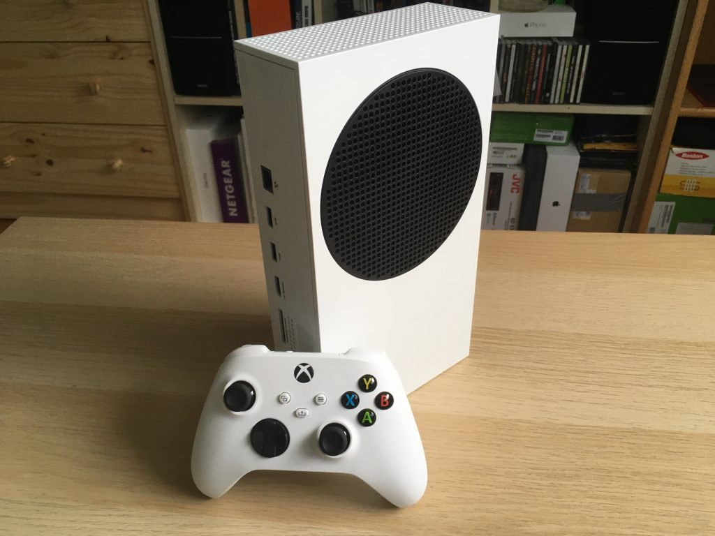 Xbox series s with controller 3